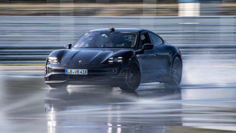 Ρεκόρ ηλεκτροκίνητης… μπάντας για την Porsche Taycan! (vid)