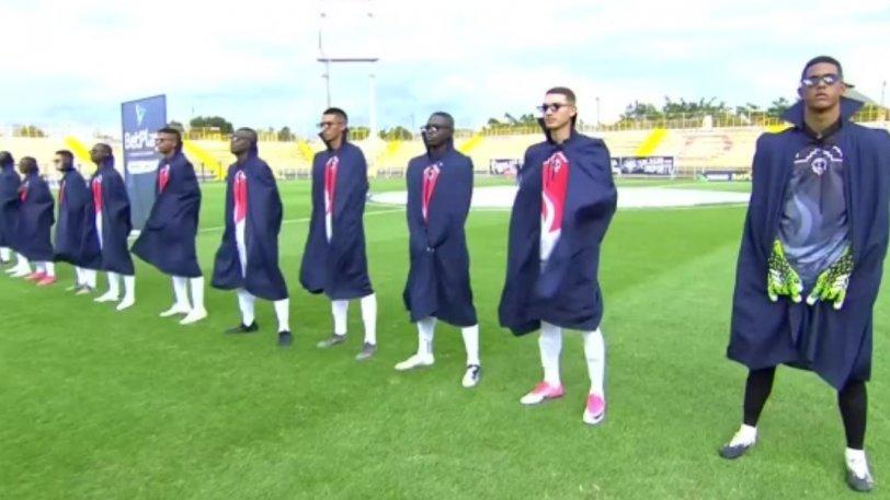 KOΛΟΜΒΙΑ: Μπήκαν στο γήπεδο ως… σούπερ ήρωες!