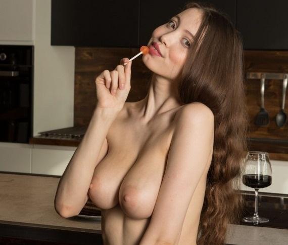 Γυμνή… στην κουζίνα!