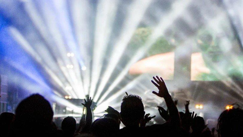 ΛΙΒΕΡΠΟΥΛ: Συναυλία με 5.000 άτομα, δίχως μέτρα με τις «ευλογίες» των επιστημόνων!