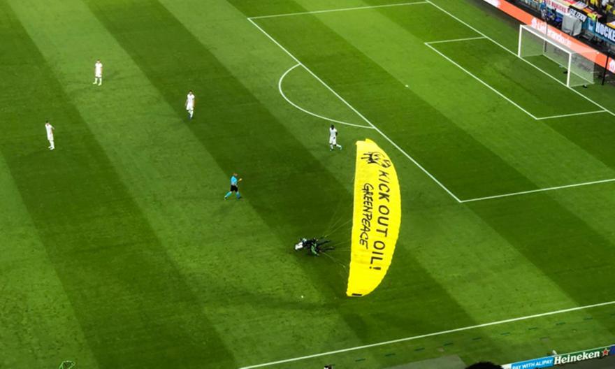 Εισβολή αλεξιπτωτιστή στην «Allianz Arena»! (ΒΙΝΤΕΟ)